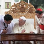 20150118 UNIV, Pope - Francis Signing Guestbook